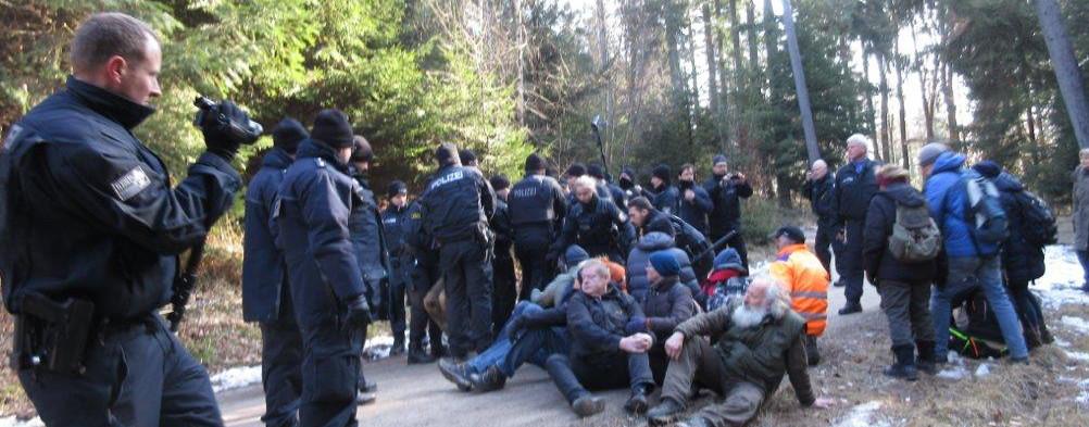Polizeieinsatz beim Stillfüssel: Sitzblokade im Wald gegen Rodungsfahrzeuge durch Polizei beendet.